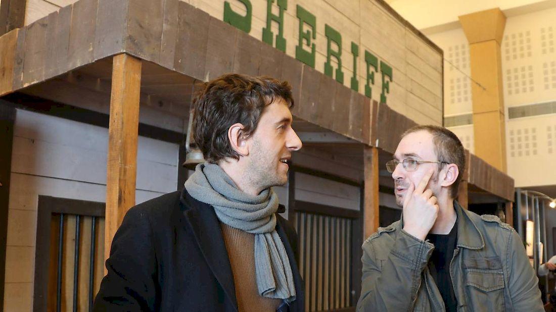 les frères Maffre devant l'exposition consacrée à Stern à Quai des bulles en 2018 © Ouest France