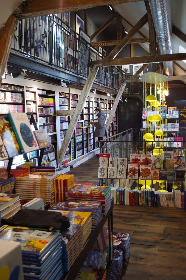rayon 1er étage jeunesse et mangas et mezzanine affiches © Bulle!
